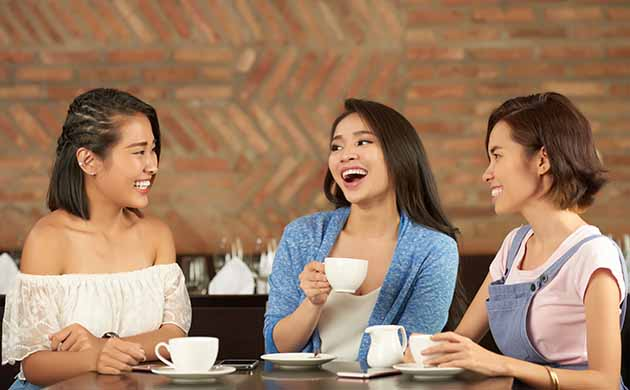 3 friends chatting